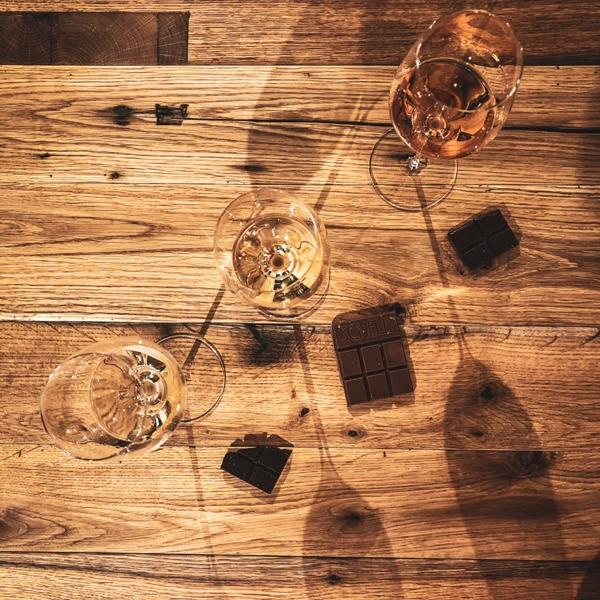 Menger-Krug und Schokolade
